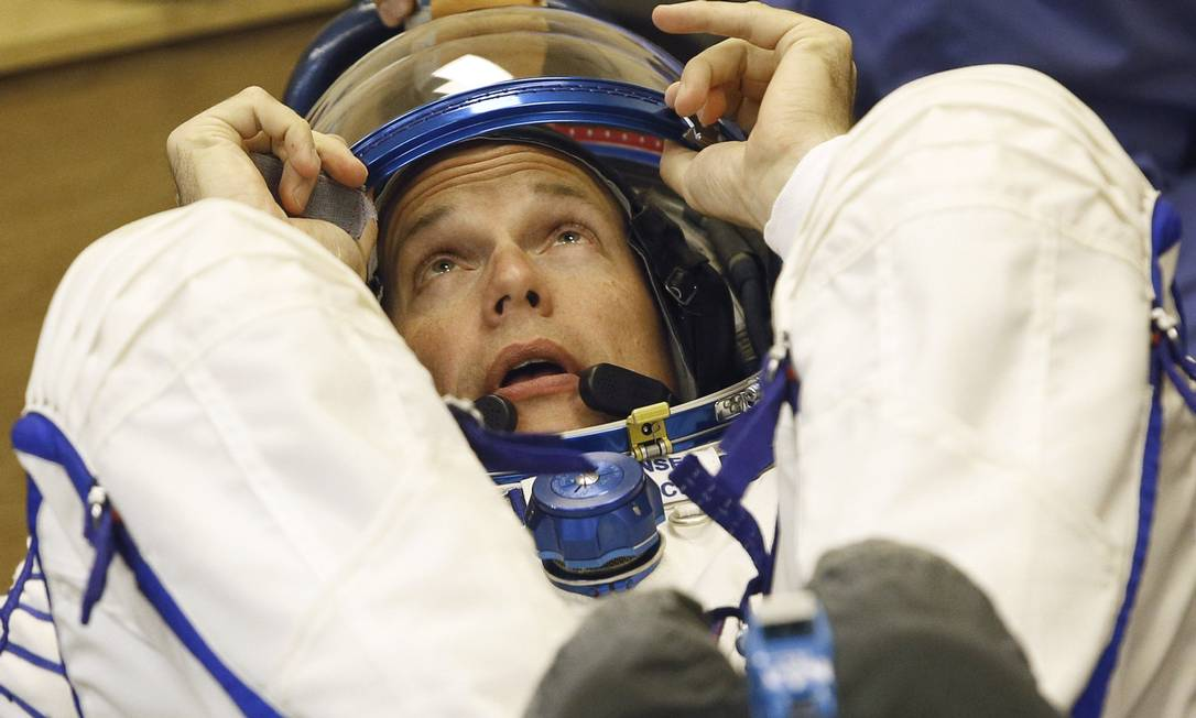 O austronauta dinamarques Andreas Mogensen checa seu traje espacial antes do lançameto do foguete Soyuz FG do cosmódromo de Baikonur no Cazaquistão Dmitry Lovetsky / AP