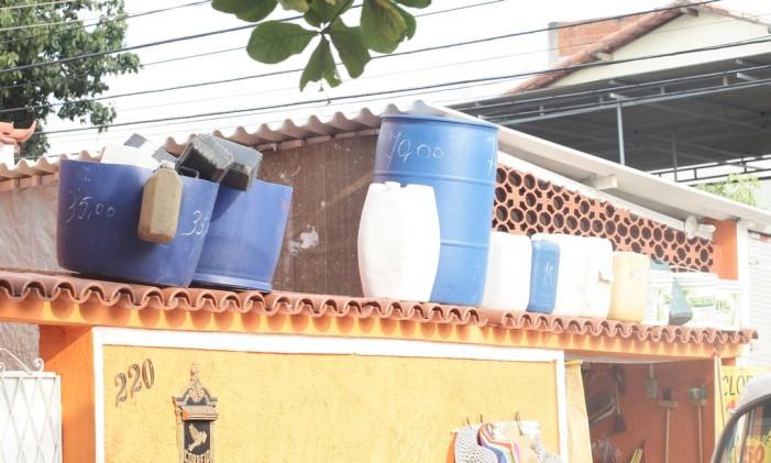 Baldes em muro de casa na Zona Norte do Rio Foto: Nina Lima / Agência O Globo