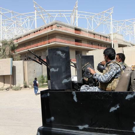 Turcostrabalhavam na construção de um estádio esportivo em Sadr City, no Norte de Bagdá Foto: Khalid Mohammed / AP