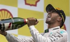 Lewis Hamilton festeja com champanhe a vitória no GP da Bélgica, em Spa-Francorchamps Foto: Stringer / REUTERS
