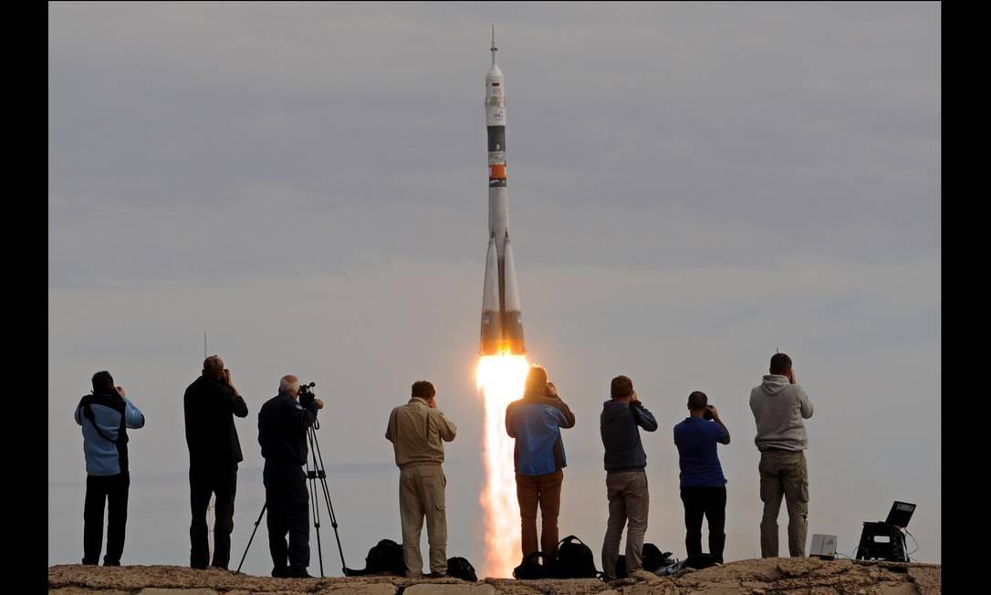 O foguete russo Soyuz FG, que carrega a capsula TMA-18M, é lançado da base de Baikonur e transporta a tripulação de três astronautas que irá ocupar a Estação Espacial Internacional (ISS) KIRILL KUDRYAVTSEV / AFP