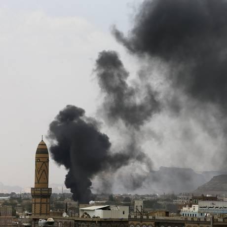 Coalizão liderada pela Arábia Saudita realiza ataques aéreos em Saana Foto: KHALED ABDULLAH / Reuters