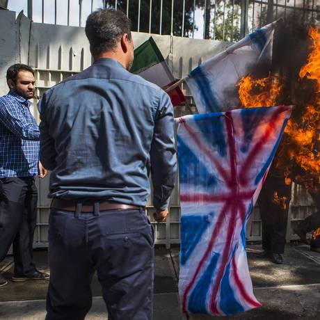 Estudantes queimam 'bandeiras inimigas' em frente à antiga embaixada dos EUA em Teerã Foto: Ebrahim Noroozi / AP