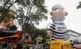 """O boneco inflável do Presidente Lula vestido de presidiário, conhecido também como """"Pixuleco"""", em frente a Justiça Federal em Curitiba, onde aconteceu a CPI da Petrobras"""