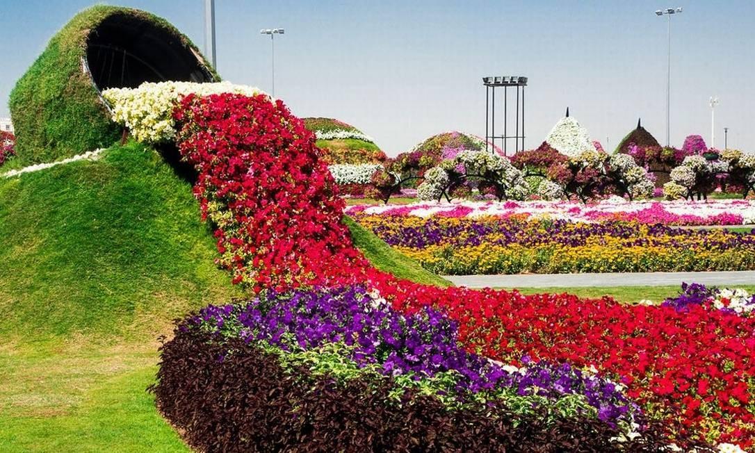 """As """"cascatas de flores"""" estão entre as instalações mais famosas do Dubai Miracle Garden Foto: Reprodução/fubiz.net"""