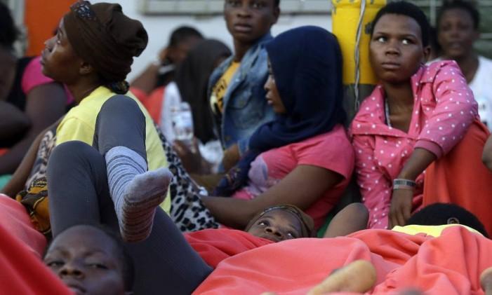 Imigrantes africanos são levados para porto de Cagliari, na Itália, após travessia arriscada pelo Mediterrâneo Foto: Gregorio Borgia / AP