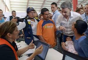 Santos visitou abrigo improvisado para acolher colombianos deportados pela Venezuela Foto: EFRAIN HERRERA / AFP
