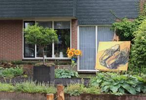 Casa em Otterlo com homenagem a Van Gogh no jardim Foto: Léa Cristina / O Globo