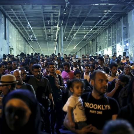 Refugiados e migrantes desembarcam após viagem da ilha de Lesbos para o porto de Pireu, perto de Atenas, na Grécia Foto: ALKIS KONSTANTINIDIS / REUTERS