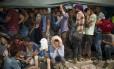 GRÉCIA. Em fila e sentados, protegendo-se como podem do sol escaldante, refugiados e imigrantes aguardam para fazer os procedimentos de entrada no porto da ilha grega de Lesbos: a Organização Internacional para Imigração divulgou que cerca de 2 mil pessoas por dia estão entrando em Grécia, Macedônia e Sérvia, podendo chegar a 3 mil