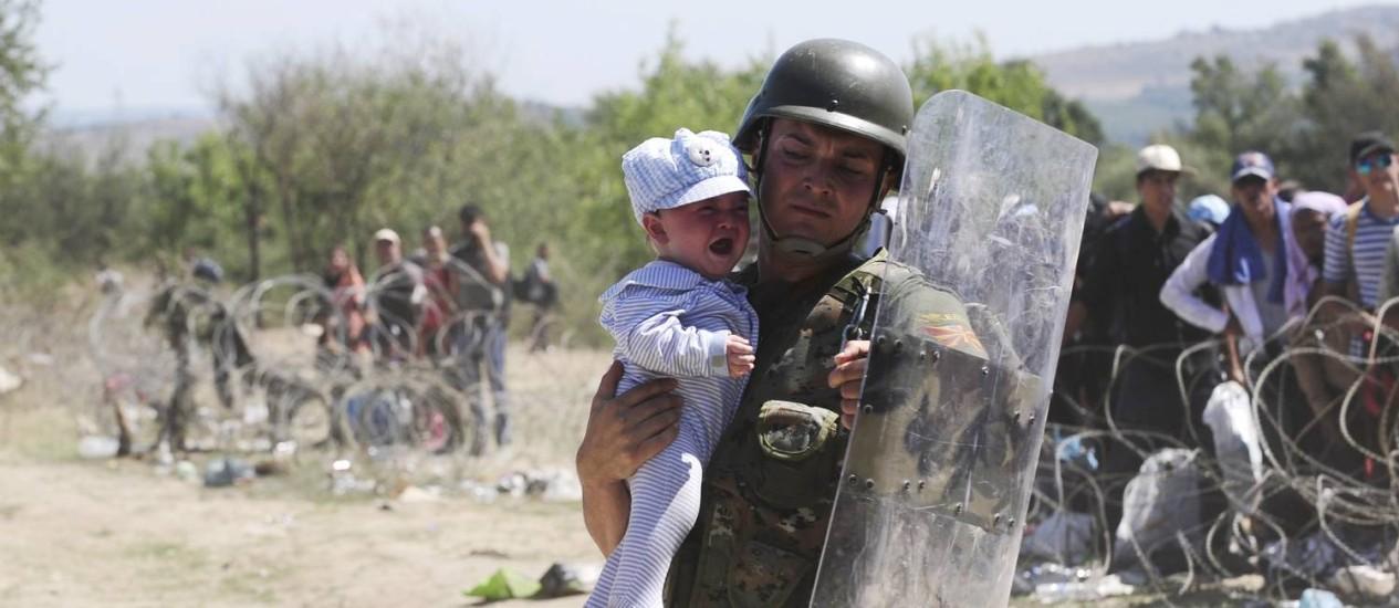Em Gevgelija, soldados têm sofrido para conter chegada de refugiados, como o bebê da foto Foto: OGNEN TEOFILOVSKI / REUTERS