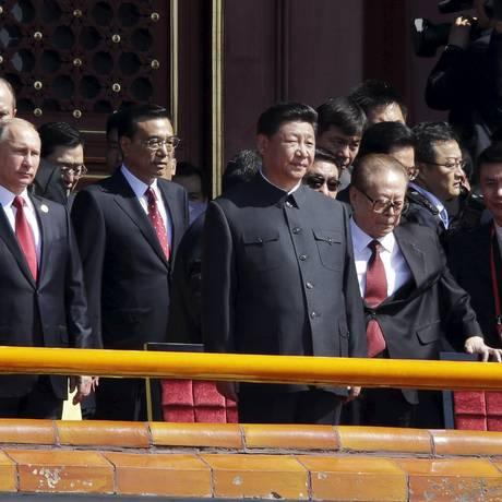 O presidente da Rússia, Valdimir Putin, o premier chinês, Li Keqiang, o presidente China, Xi Jinping, e o ex-presidente Jiang Zemin assistem à parada militar em comemoração ao 70º aniversário do fim da Segunda Guerra Mundial Foto: Jason Lee / Reuters