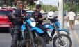 Policiais militares em motos fazem policiamento no Recreio