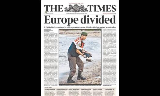 """O jornal britânico """"The Times"""" destacou nesta quinta-feira a foto do corpo de menino Aylan Kurdi sendo retirado da uma praia turca abaixo da manchete """"Europa dividida"""" Foto: reprodução"""