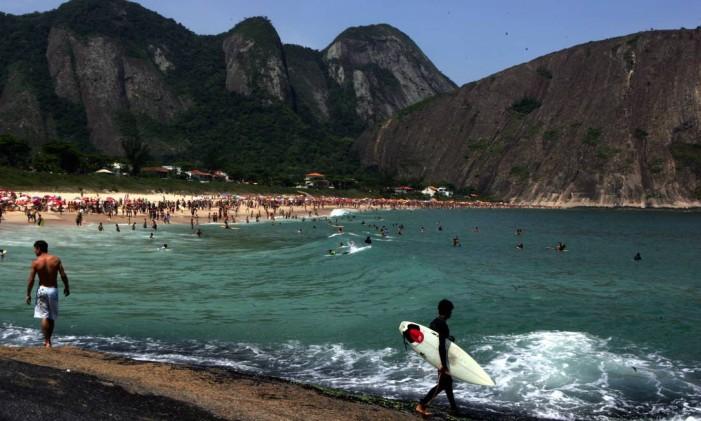Surfista na Praia de Itacoatiara Foto: Gustavo Stephan / Agência O Globo