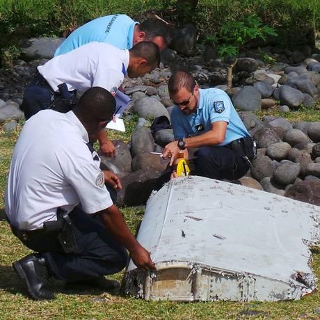 Investigadores analisam peça de avião encontrada na Ilha da Reunião em 29 de julho de 2015 Foto: PRISCA BIGOT / REUTERS