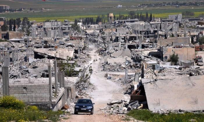 Área destruída em Kobani, na Síria, durante conflito entre militantes curdos e jihadistas do Estado Islâmico Foto: Mehmet Shakir / AP