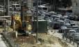 Obras do BRT provoca retenção na Avenida Brasil