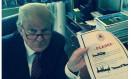 Em foto divulgada nas redes sociais, Trump assina acordo que o obriga a disputar candidatura pelos republicanos Foto: Reprodução