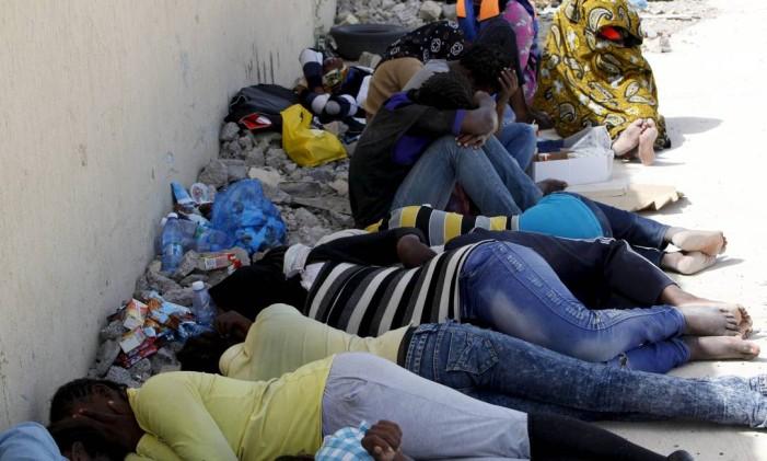 Imigrantes ilegais, que tentavam chegar à Europa em barco clandestino, depois de serem detidos por autoridades da Líbia Foto: ISMAIL ZITOUNY / REUTERS