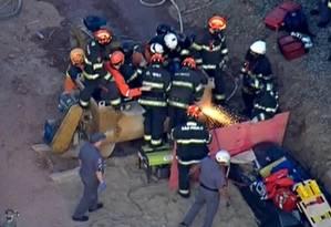 Bombeiros resgatam em SP operário que caiu em misturador de cimento Foto: Reprodução TV Globo