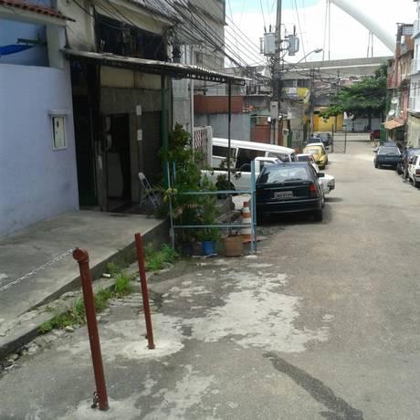 Barras de ferro e correntes são colocadas no meio da rua em Ramos Foto: WhatsApp do GLOBO / Foto do leitor Paulo Nogueira