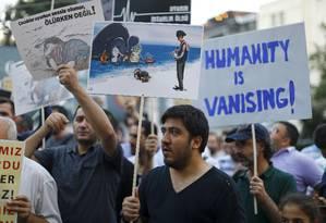 Manifestantes em Istambul protestam por conta da crise Foto: OSMAN ORSAL / REUTERS