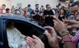 Uma multidão se reuniu em frente à loja onde Papa comprou os óculos