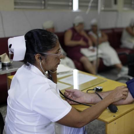 Enfermeira checa pressão em hospital cubano em Cienfuegos Foto: Franklin Reyes / AP
