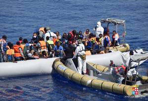 Imigrantes são resgatados pela guarda costeira italiana no Mar Mediterrâneo na quarta-feira Foto: HANDOUT / REUTERS