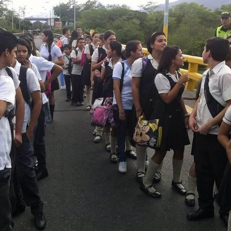 Crianças e adolescentes passam por fronteira entre Venezuela e Colômbia para voltarem às aulas Foto: PRESIDENCIA / AFP