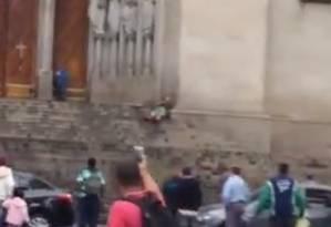 Duas pessoas morrem baleadas na escadaria da Catedral da Sé, em São Paulo Foto: Repodução vídeo
