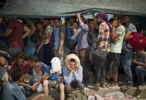 Refugiados fazem fila para registro no porto da ilha de Lesbos, na Grécia Foto: DIMITRIS MICHALAKIS / REUTERS