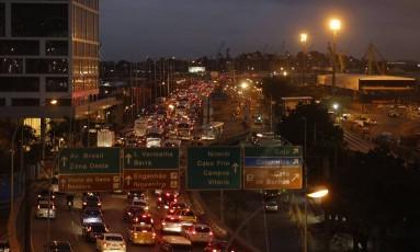 Trânsito complicado na Ponte Rio-Niterói: mais de uma hora para atravessar a via Foto: Domingos Peixoto / Agência O Globo