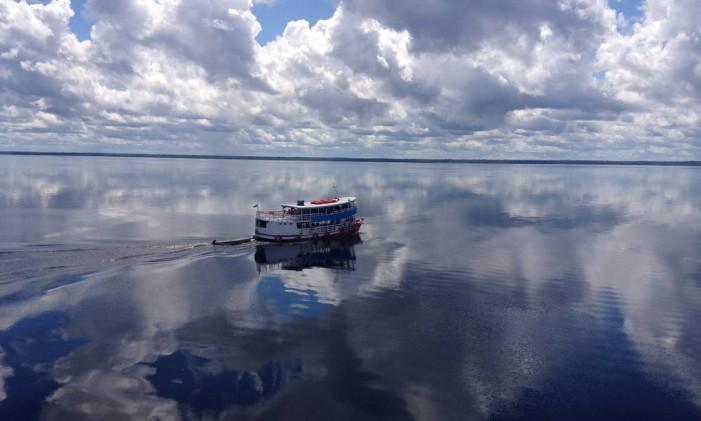 Barco no Rio Amazonas Foto: Léa Cristina / Agência O Globo