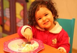 Bárbara Tomita, de 2 anos e 8 meses, raramente resiste a experimentar alimentos novos Foto: Arquivo pessoal