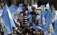 Guatemaltecos seguram cartazers contra o ex-presidente Otto Pérez Molina, acusado de corrupção