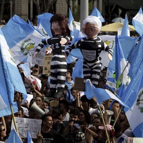 Guatemaltecos seguram cartazers contra o ex-presidente Otto Pérez Molina, acusado de corrupção Foto: Josue Decavele / REUTERS