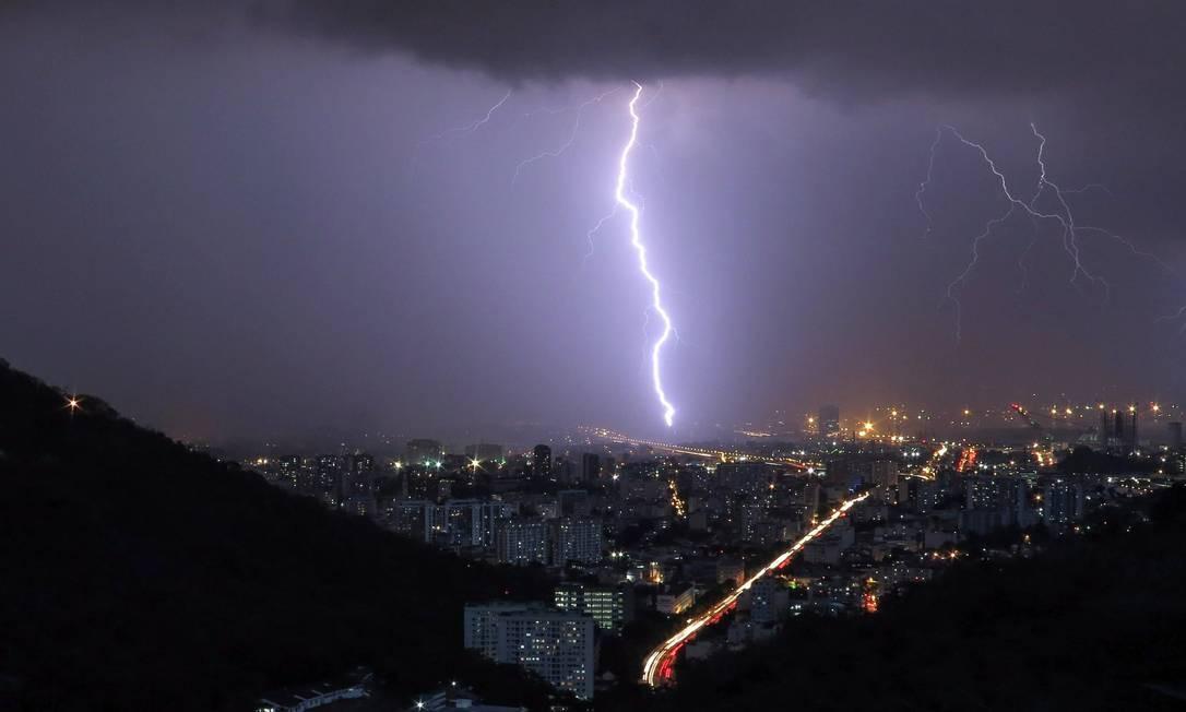 Raio cai na Zona Norte: incidência do fenômeno aumentou nas grandes cidades brasileiras Foto: Marcos Tristão