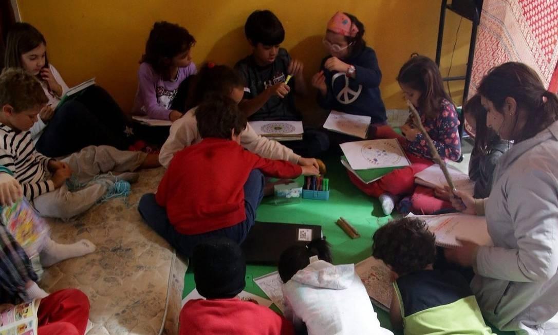 Brincadeira tem hora. Lendo e escrevendo espalhados pelo chão, pintando, plantando e brincando, alunos da Escola Comunitária Cirandas, em Paraty, aprendem conteúdos dos ensino fundamental por meio da arte. Ao lado, cartazes indicam aulas criativas Foto: Rafael Moraes / Rafael Moraes
