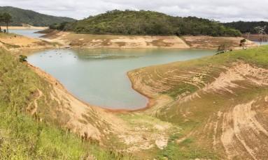 O reservatório de Paraibuna, o principal do sistema Paraíba do Sul: na sexta-feira, havia 0,79% de volume útil Foto: Michel Filho / Agência O Globo (22/01/2015)