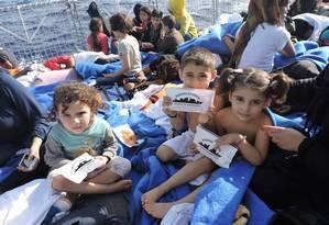 Pelo menos 37 crianças estavam a bordo da embarcação à deriva da qual a Marinha tirou 220 pessoas Foto: Divulgação/Marinha do Brasil