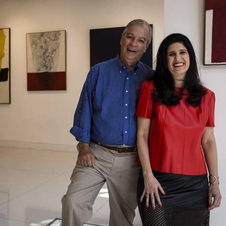 """Na galeria. Luiz Sève e a filha Luciana com obras de Tomie Ohtake, e, ao lado, """"Metaesquema 227"""" (1958), de Hélio Oiticica Foto: Fernando Lemos"""