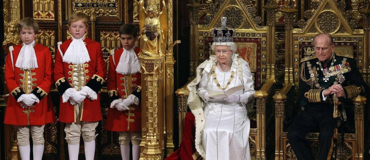 Majestade. Elizabeth II com o marido, Philip, durante o discurso no Parlamento: símbolo de estabilidade Foto: OLI SCARFF / AFP/2012
