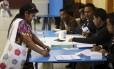 Uma mulher vota em na Cidade da Guatemala