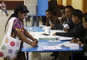 Uma mulher vota em na Cidade da Guatemala Foto: STRINGER / REUTERS
