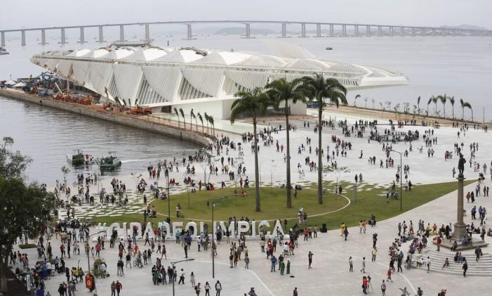 Praça Mauá ganhou canteiros, escultura de hashtag e a vizinhança do Museu do Amanhã Foto: Pablo Jacob / Agência O Globo