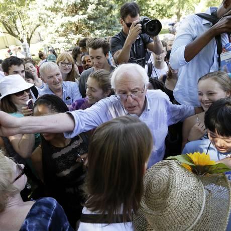 Bernie Sanders em evento de campanha em Iowa: senador faz sucesso entre jovens Foto: Charlie Neibergall / AP