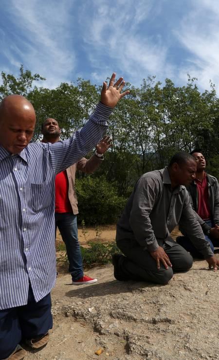 No centro, pastor que saiu do tráfico na Cidade de Deus faz oração Foto: Custódio Coimbra / Agência O Globo