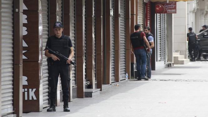 Soldado turco mantém guarda em Diyarbakir, área curda onde ataques e manifestações têm causado insegurança Foto: SERTAC KAYAR / REUTERS
